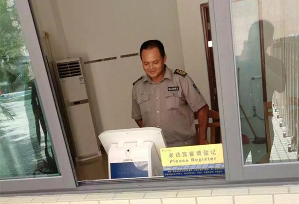 上海市控江中学启用访客机加强门卫安保管理